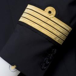 Couture des tours de manche galonnés  sur veste d'uniforme